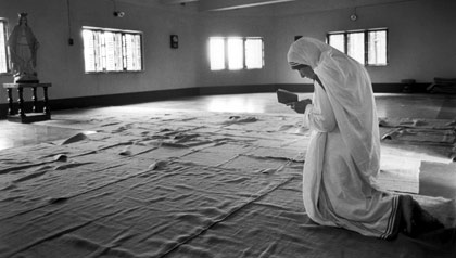 420-mother-teresa-prays-at-missionary.imgcache.rev1302031271348